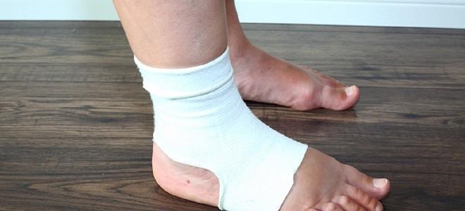Почему отекает одна нога и как это лечить?