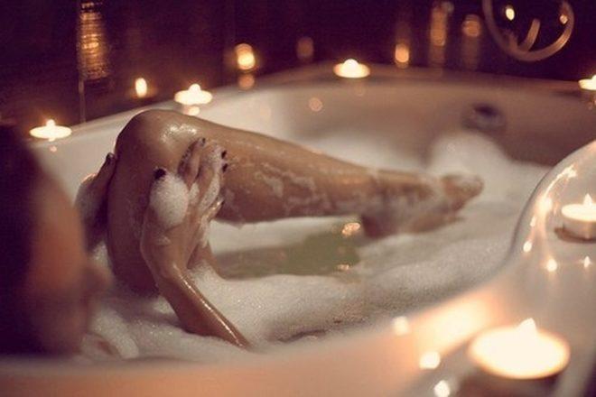 Эффективное средство — ежедневные горячие ножные ванны с хвоей и морской солью
