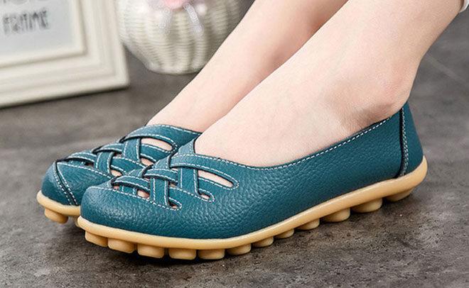 Ношение комфортной обуви против варикоза бедра